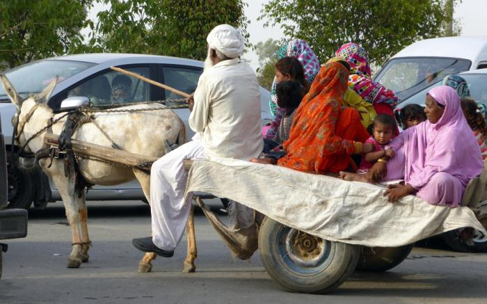 Dieser pakistanischen Familie macht das rationierte Benzin eher nichts aus.