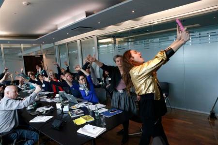 """Mode-Ikone Riccardo Simonetti und die Teilnehmer des Blogcamps: """"Bitte recht freundlich! Und jetzt alle mal die Hände hoch und winken!"""""""