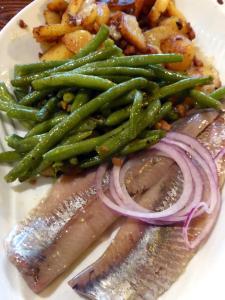 Opitz: Matjesfilets mit Speckbohnen und Bratkartoffeln