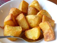 Wiener Bratkartoffeln (gebratene, gewürzte Kartoffelhälften) (Foto: Peter Jebsen / alle Rechte vorbehalten)