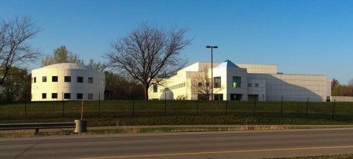 "Prince's Paisley Park Studios complex, Chanhassen, Minnesota (Foto: Bobak Ha'Eri / Diese Datei ist unter der Creative-Commons-Lizenz ""Namensnennung 3.0 nicht portiert"" lizenziert. / http://bit.ly/26mhwRk"