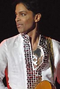 """Prince performing at Coachella 2008 (Foto: Micahmedia at en.wikipedia / Diese Datei ist unter den Creative-Commons-Lizenzen """"Namensnennung – Weitergabe unter gleichen Bedingungen 3.0 nicht portiert"""", """"2.5 generisch"""", """"2.0 generisch"""" und """"1.0 generisch"""" lizenziert. / http://bit.ly/23SLoWu)"""