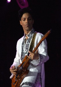 Prince playing at Coachella 2008 (Foto: penner / This file is licensed under the Creative Commons Attribution-ShareAlike 2.0 Generic (CC BY-SA 2.0) license. / http://bit.ly/1VMlors