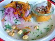Ceviche Classico: Kabeljau-Filet, Koriander-Chili-Tiger-Milch, Bananenchips, Karamelisierte-Süßkartoffel-Mousse, gerösteter Mais (Foto: Peter Jebsen / Alle Rechte vorbehalten)