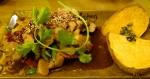 BBQ-Duck: Medium gegrilltes Barbarie-Entenfilet mit BBQ-Marinade, sautiertem Pak Choi, Babymais, Wasserkastanien, Bohnen, Paprika, serviert auf gegrillten Süßkartoffeln (Foto: Peter Jebsen / Alle Rechte vorbehalten)