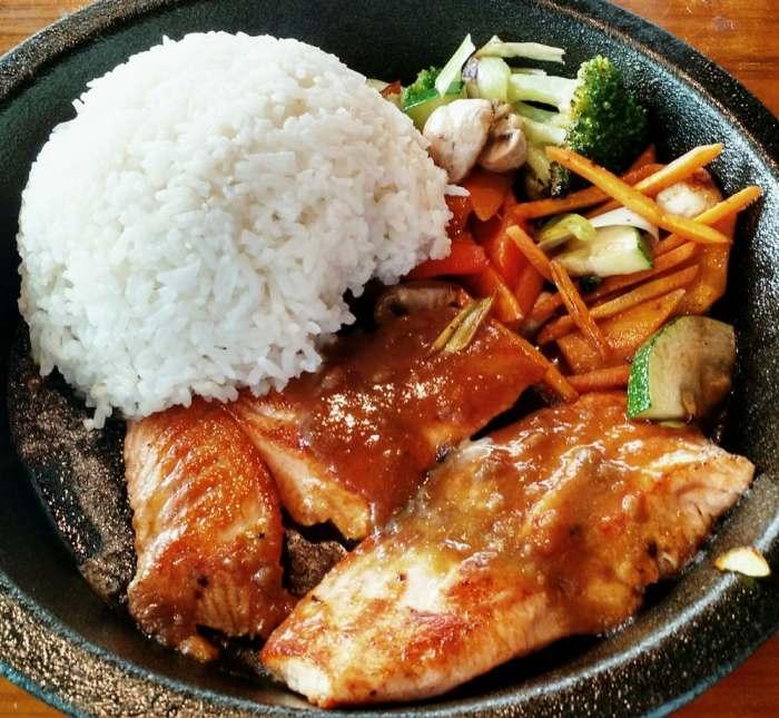 Früheres À-la-carte-Mittagsgericht: Lachs auf Gemüse mit japanischem Curry (Foto: Peter Jebsen/All rights reserved)